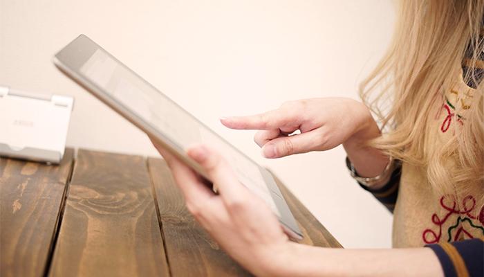 タブレットで検索する女性